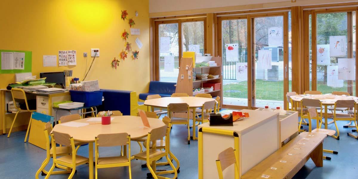 Même les écoles maternelles peuvent être construites en bois ! Découvrez l'ensemble des avantages des bâtiments bois collectifs et professionnels pour votre projet !