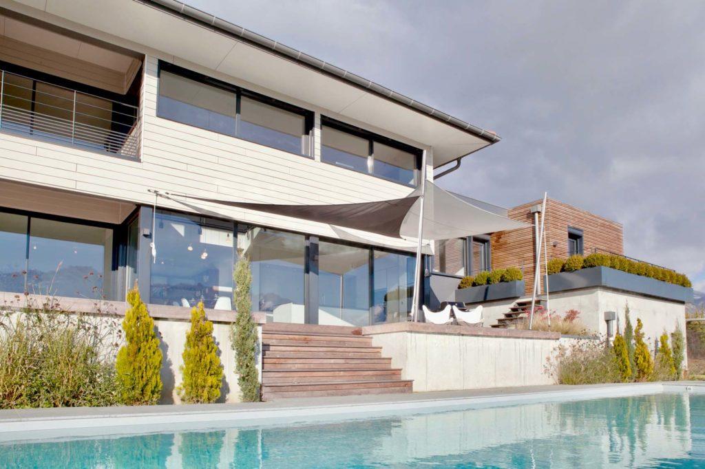 Maison Ossature Bois Isère - Bois Lauréate Lauriers de la Construction Bois. La terrasse et sa piscine
