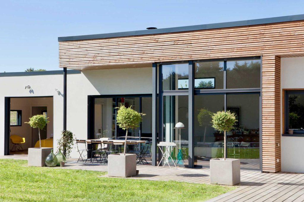 Résolument moderne, cette construction moderne de maison bois tout près de Lyon joue la carte de la modernité jusqu'au salon de jardin ! des couleurs claire, un design épuré jusqu'à la boiserie.