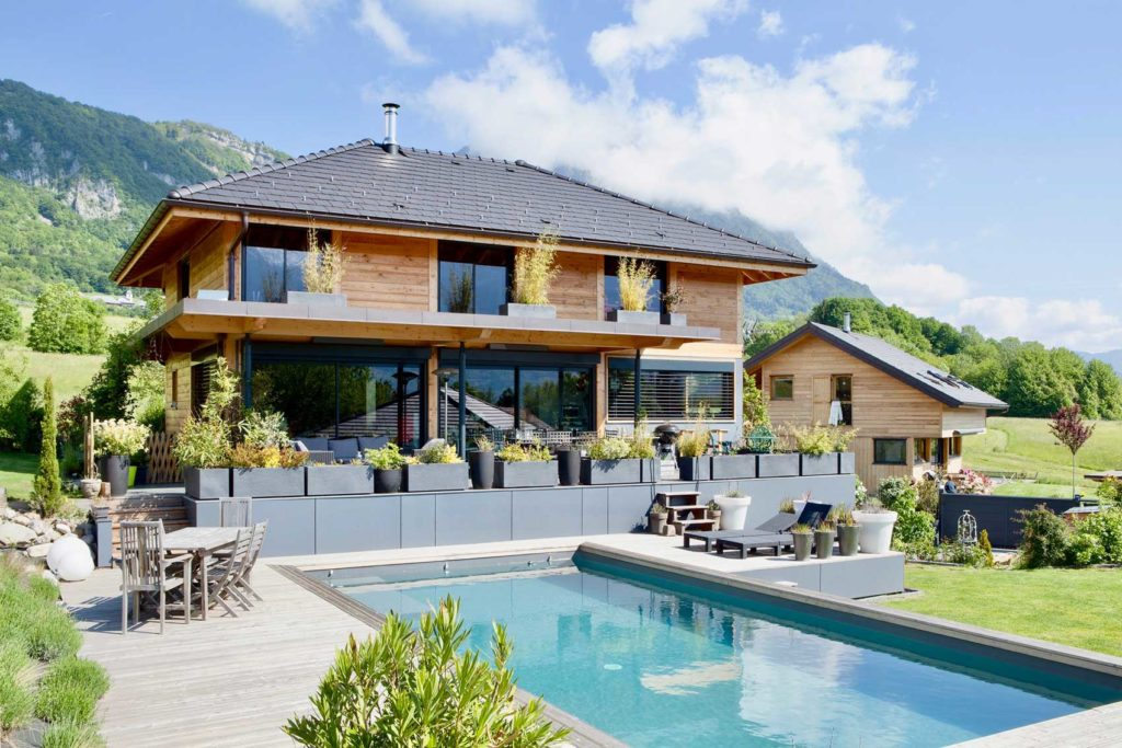Découvrez cette magnifique maison en ossature bois située en Savoie, à Saint Arvey. Les architectes d'Itinéraires Bois ont conçu cette maison sur-mesure en bois selon les besoins, les critères, et les contraintes du terrain de nos clients. Une maison bois passive et au haut confort de vie