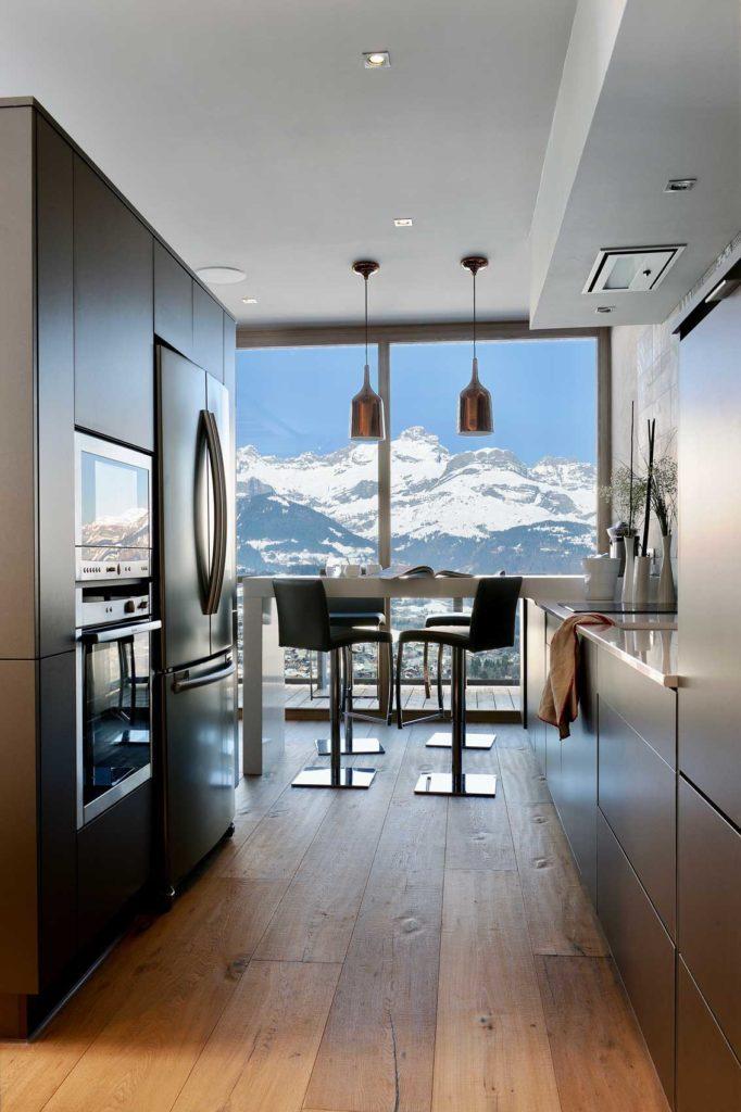 Rendez-vous à Combloux pour découvrir ce magnifique chalet en ossature bois. Une résidence haut de gamme et lumineuse avec ses fenêtres panoramiques jusque dans la cuisine pour offrir une vue d'exception sur les alpes.