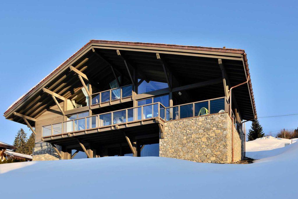 Chalet en ossature bois conçu par Itinéraires Bois. Une résidence haut de gamme à Combloux, en Savoie. Un chalet en ossature bois de luxe qui allie modernité et traditionnel, avec une magnifique vue sur les Alpes Françaises à Combloux. Sous la neige ou en été, un véritable conte de fées.
