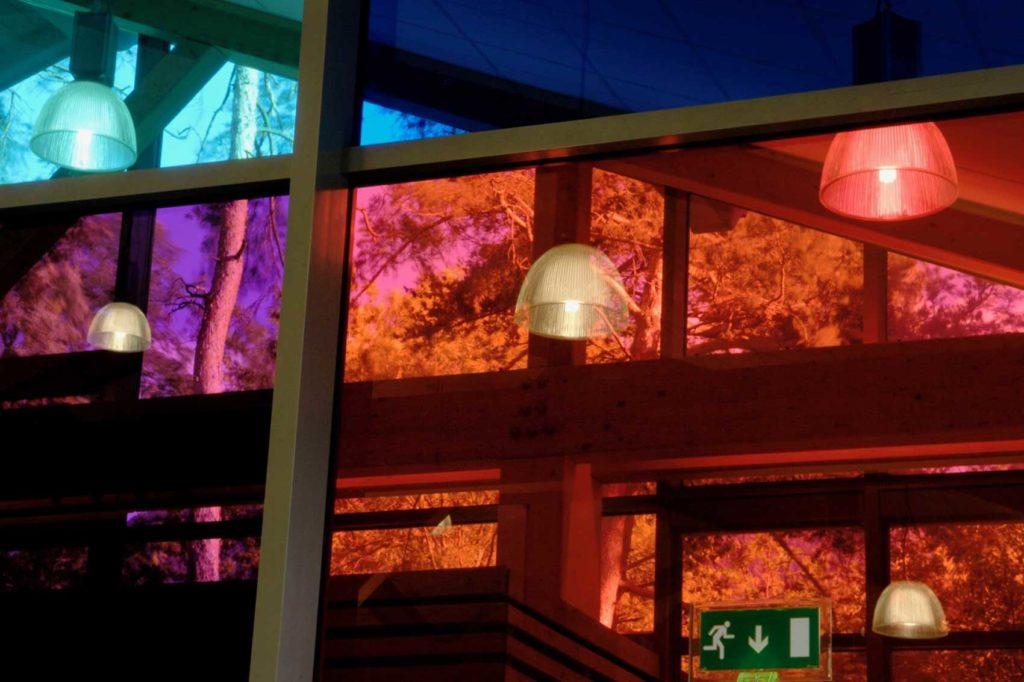 Salle polyvalente à Aigueblanche - fenêtres colorées