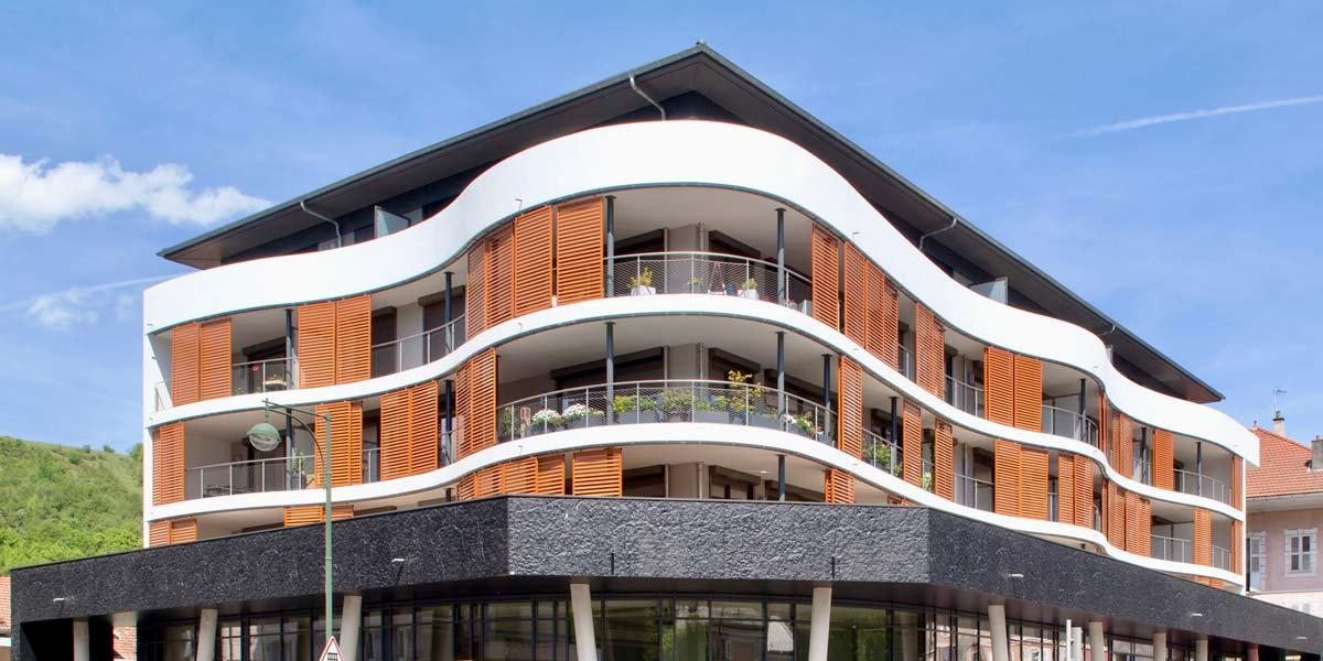 Découvrez ce bâtiment bois, faiseur de collectif, l'immeuble contenant plusieurs habitations ainsi que des commerces, à l'allure architecturale moderne et élégante